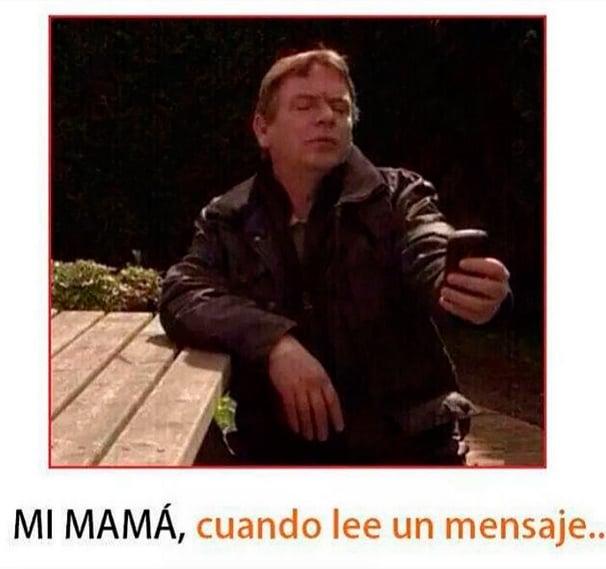 hombre viendo celular de lejos, mi mamá cuando lee un mensaje