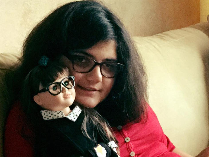 Mujer con debilidad visual con su muñeca con lentes #ToyLikeMe