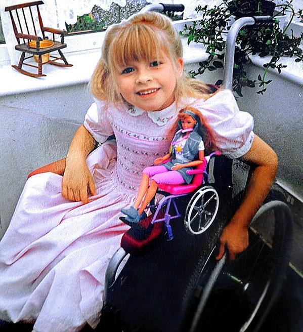 Niña en silla de ruedas con su barbie en silla de ruedas #ToyLikeMe