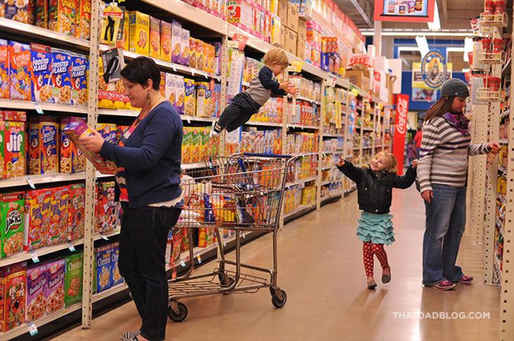 William, niño con Síndrome de Down,volando en el supermercado