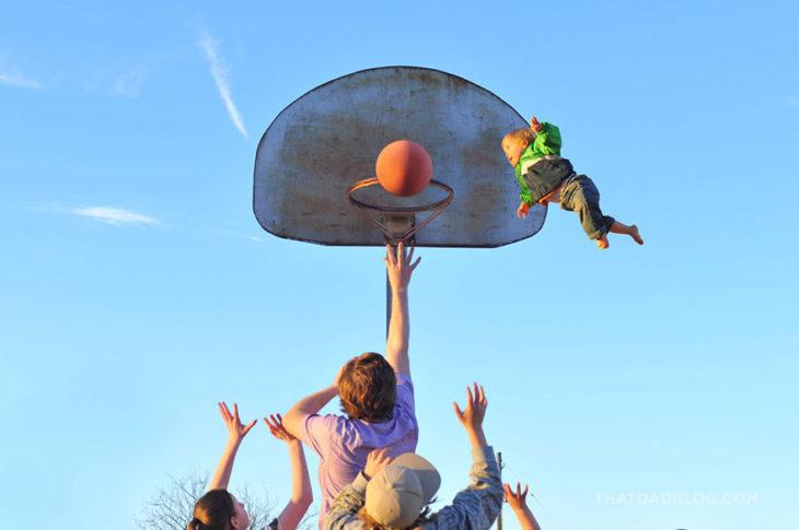 William, niño con Síndrome de Down, volando mientras sus hermanos juegan basket