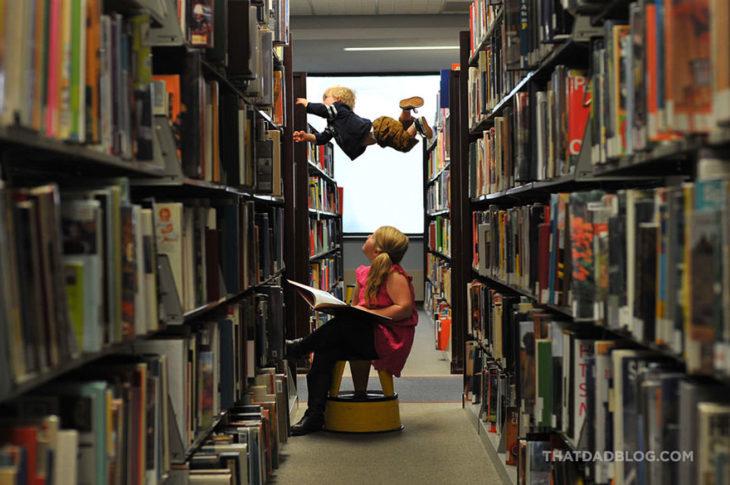 William, niño con Síndrome de Down,volando en la biblioteca