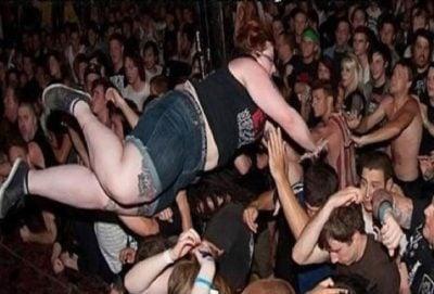 Situaciones embarazosas. Mujer se avienta al público en un concierto