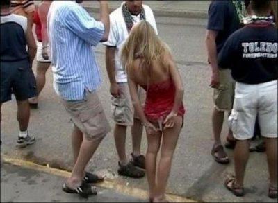 Situaciones embarazosas. Mujer se saca el calzón.