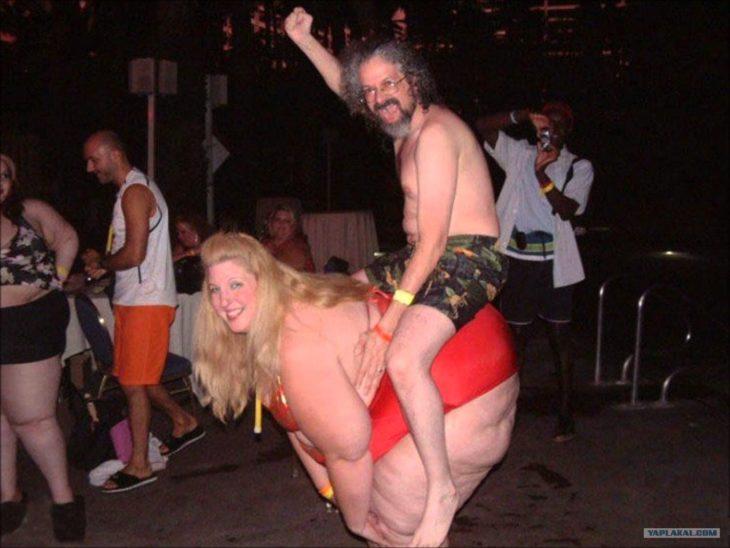 Situaciones embarazosas. Hombre montado encima de mujer