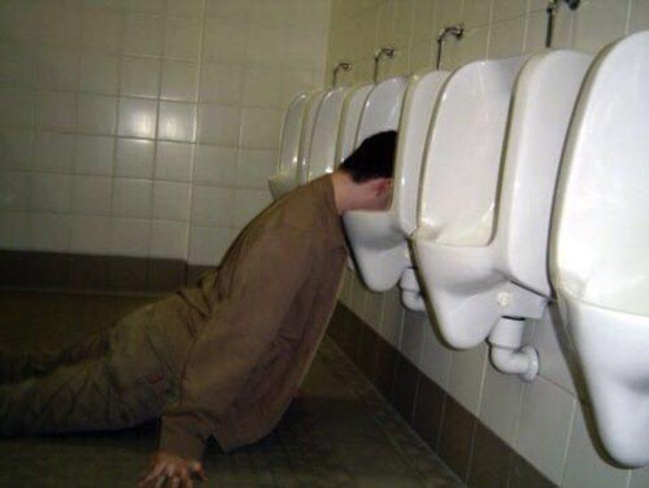 Situaciones embarazosas.Hombre con la cabeza en el urinal