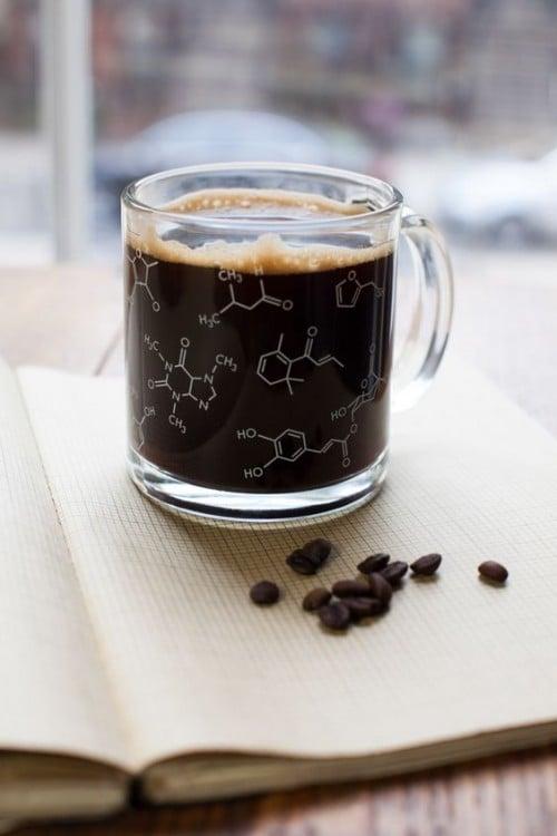 taza de café con su fórmula química