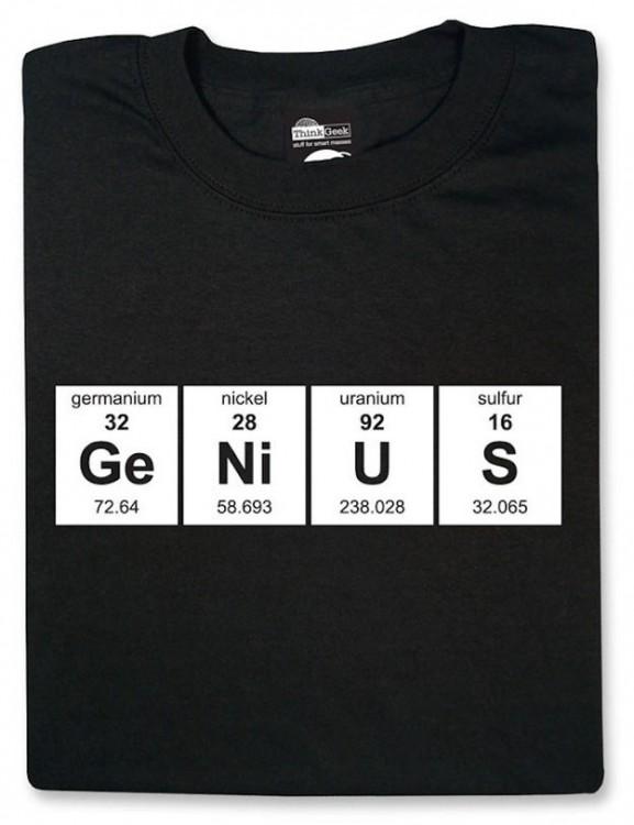 playera con la palabra Ge Ni U S hecha con los elementos químicos