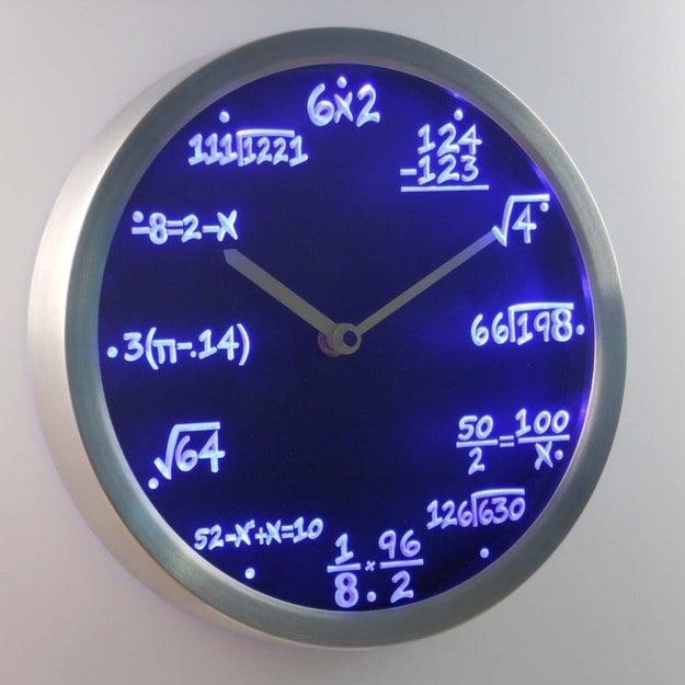 reloj que brilla en la oscuridad con ecuaciones matemáticas