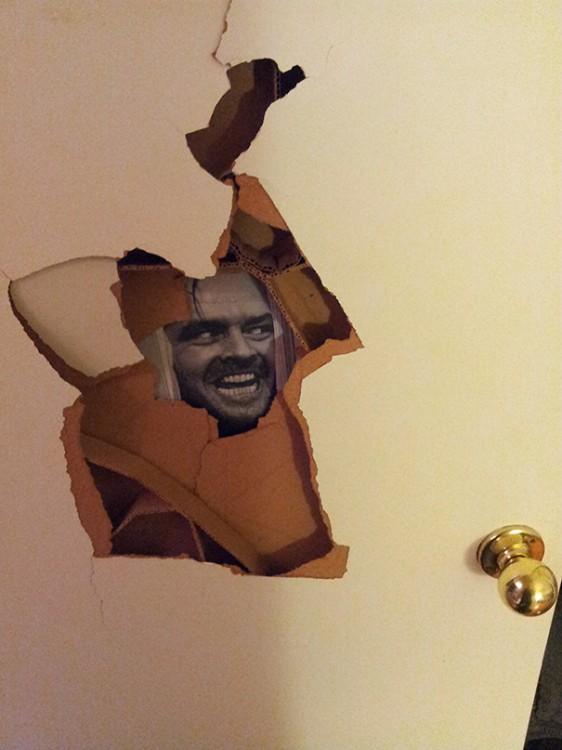 puerta rota con imagen de jack nicholson