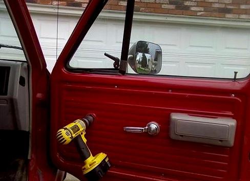 taladro en puerta de carro para bajar la ventana