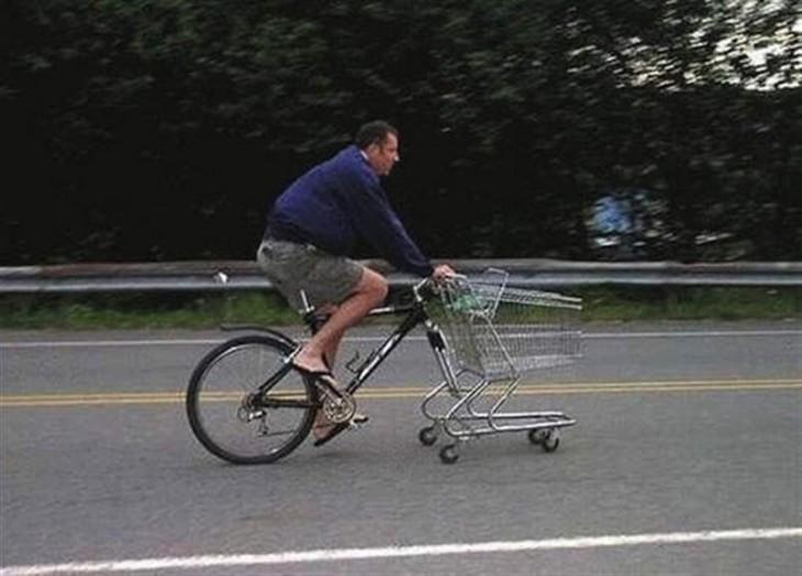 carrito del supermercado en lugar de llanta delantera de la bici