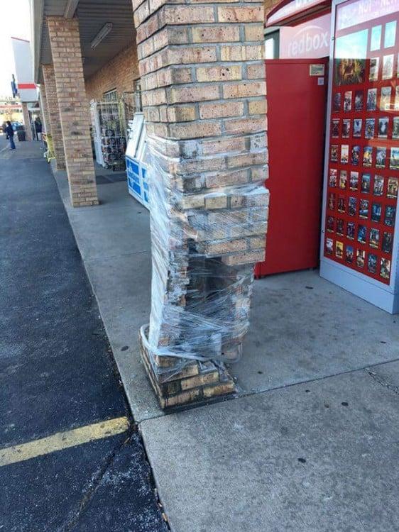 muro sin ladrillos envuelto con papel contact