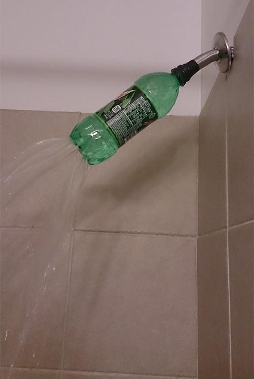 reparación de regadera con botella de plástico