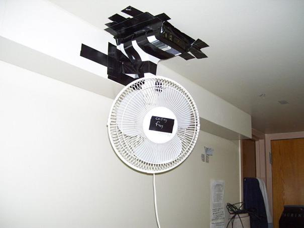 ventilador pegado con cinta en el techo