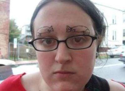 chica con tatuajes de gatos en lugar de cejas