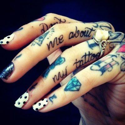 manos tatuadas