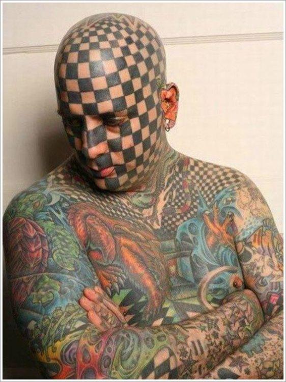 hombre tatuado completamente