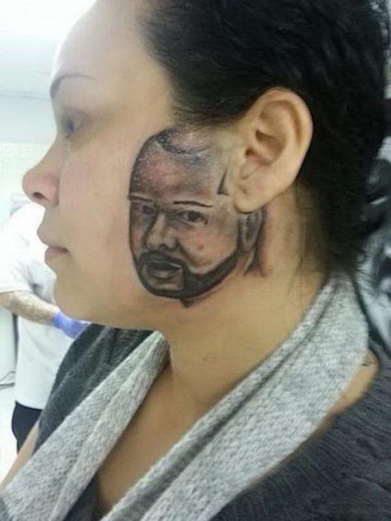 mujer con tatuaje de la cara de un hombre en su cachete