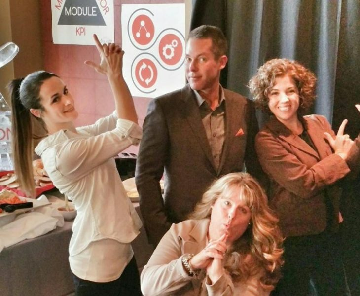 4 amigos en la oficina con foto como de los ángeles de charlie