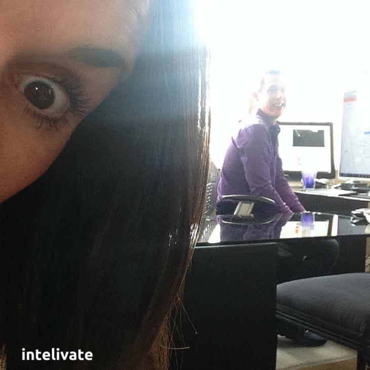 selfie en la oficina hombre y mujer