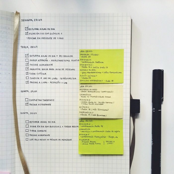 Apuntes organizados e inspiradores. Libreta con apuntes de lo que se tiene que hacer día a día.