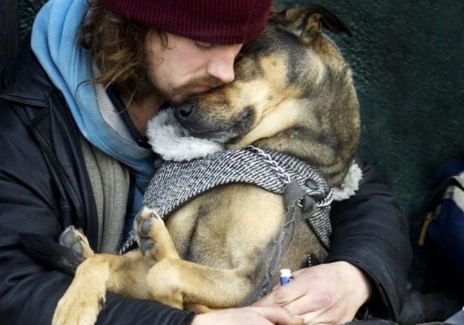 Imagen de hombre y perro abrazados