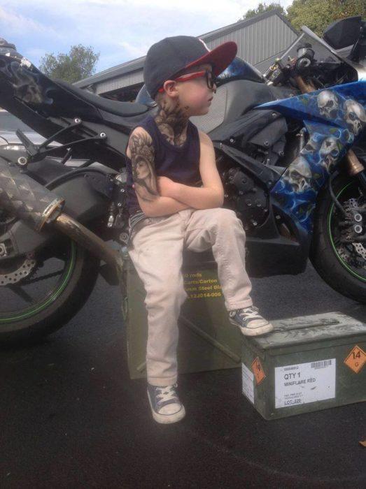niño con tatuajes de aerografo