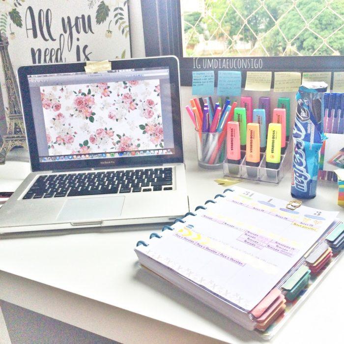 Apuntes organizados e inspiradores. Escritorio organizado donde se ven post its plumones y marcatextos