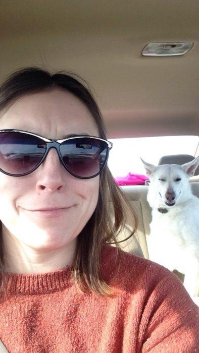 Selfie de mujer y su perro, los dos sonriendo