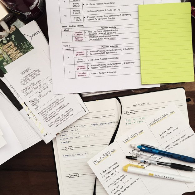 Apuntes organizados e inspiradores. Organizando las facturas en una agenda hecha a mano