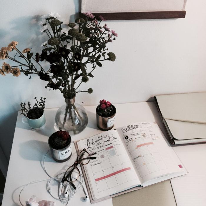 Escritorio organizados e inspiradores. Con naturaleza muerta para que dé olor y lentes y audífonos