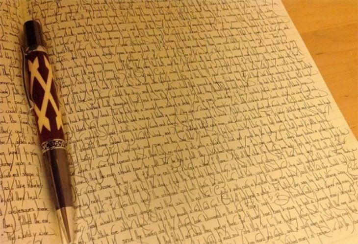 escrito con una caligrafía cursiva perfectamente alineada