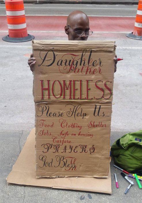 letrero de un indigente perfectamente alineado
