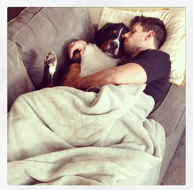 Hombre tomando una siesta con su perro