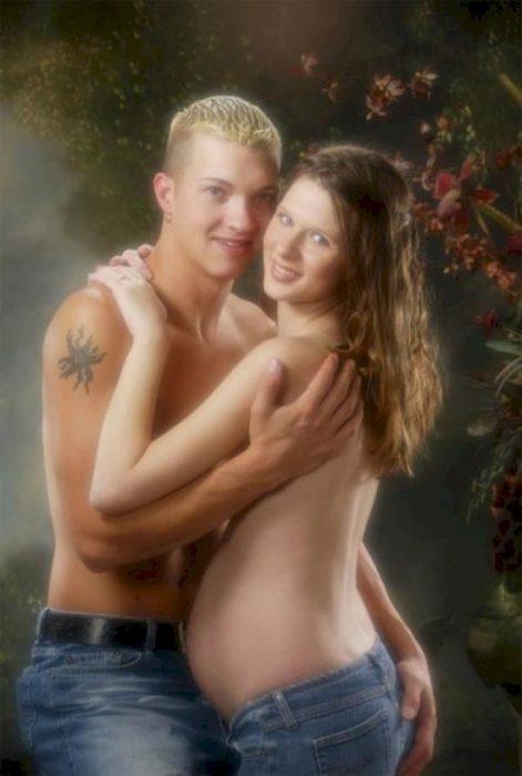 pareja en foto de embarazo