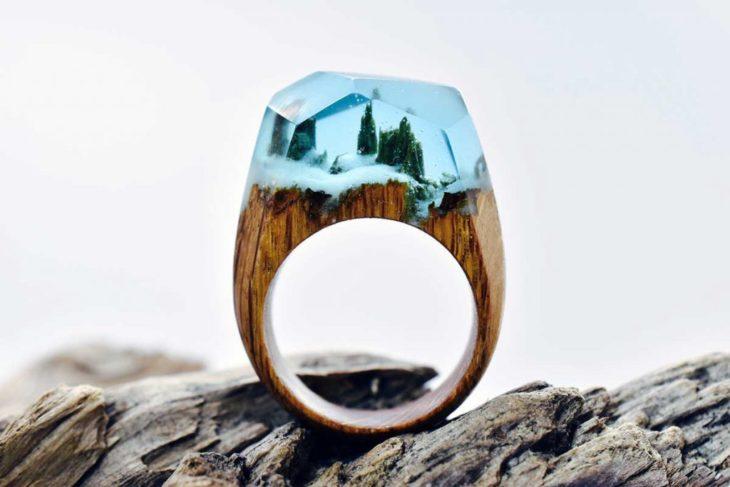 anillo de madera con un paisaje nevado encapsulado en resina