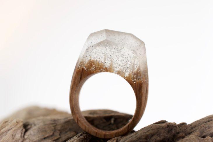 anillo de madera con resina blanca y diamantina