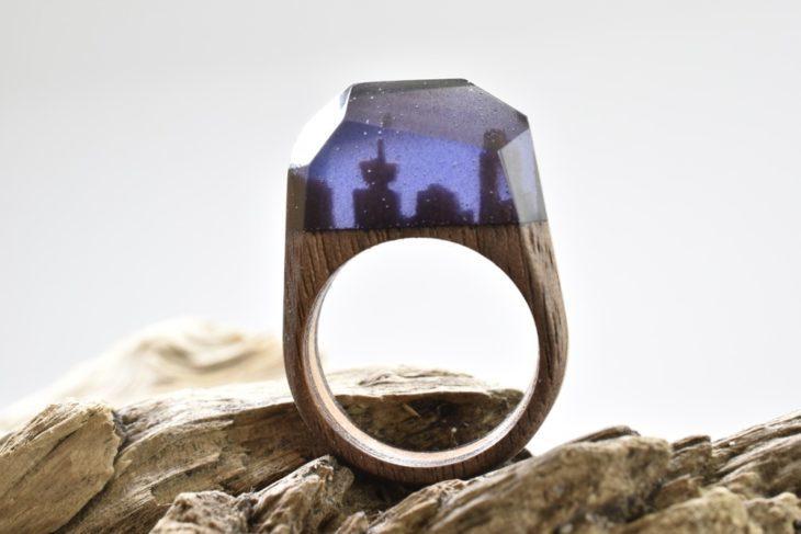 anillo de madera encapsulando un minipaisaje nocturno