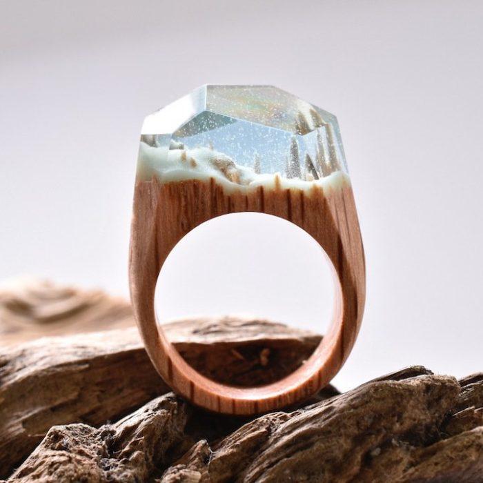 anillo de madera con un minipaisaje nevado dentro