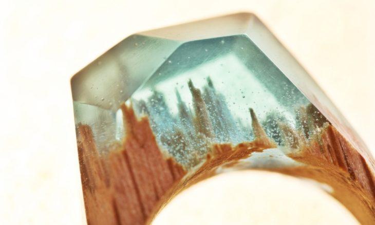 anillo de madera con un paisaje montañoso nevado en su interior