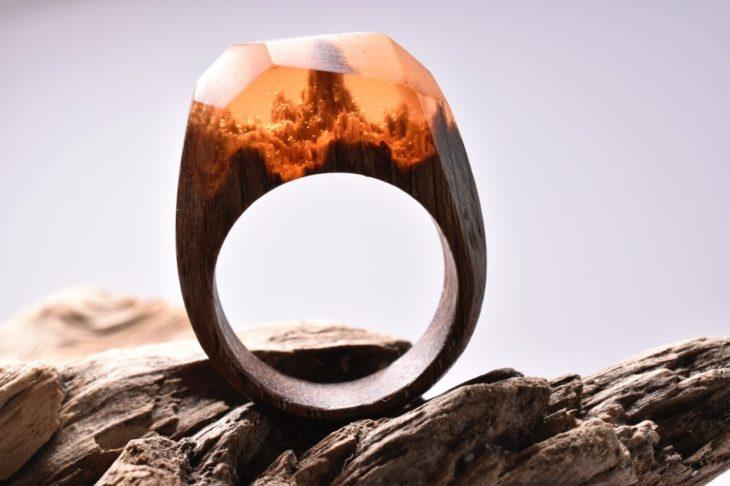 anillo de madera con un paisaje montañoso