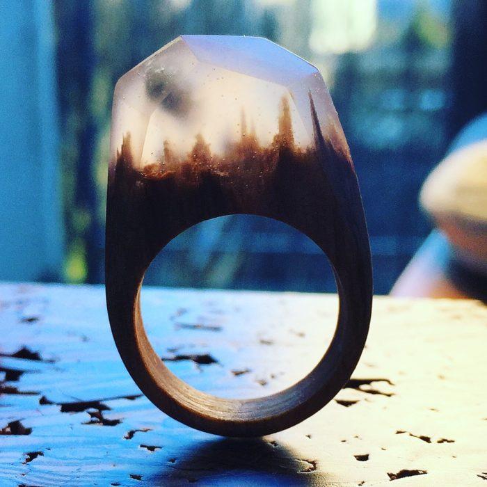 anillo de madera con un minipaisaje dentro