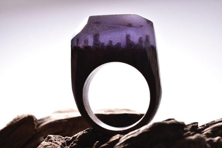 anillo de madera en color morado con un minipaisaje nocturno dentro