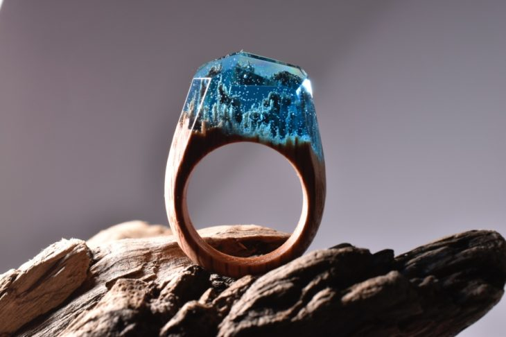 anillo de madera encapsulado con resina en color azul