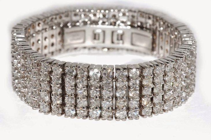 brazalete de diamantes vendido en el precio de la historia en 35,000 dólares