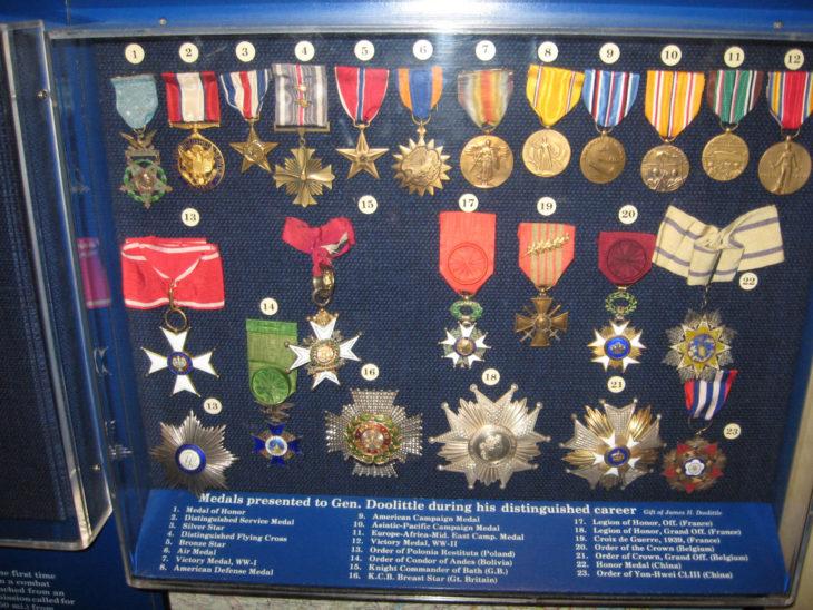 colección de medallas militares vendida por 16,500 dólares.