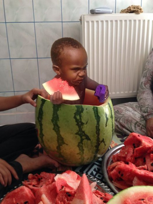 niño negrito comiendo sandia