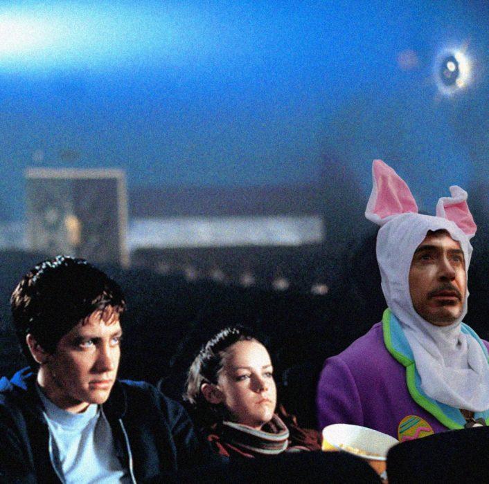 Robert Downey Jr vestido de conejo en una escena de la película donnie darko