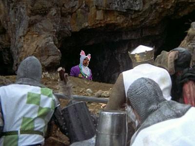 Photoshop a Robert Downey Jr vestido de conejo en un escenario donde algunas personas lo están esperando